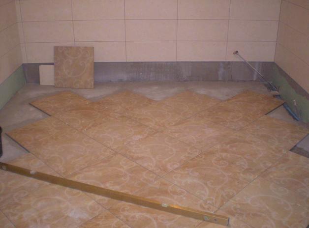Как класть плитку на стену правильно: мастер-класс по облицовке ванной