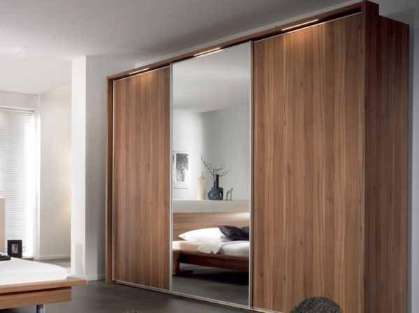 Зеркальная дверь в гардеробную (34 фото): раздвижные и распашные двери с зеркалом в гардероб, откатные и складные модели, другие варианты