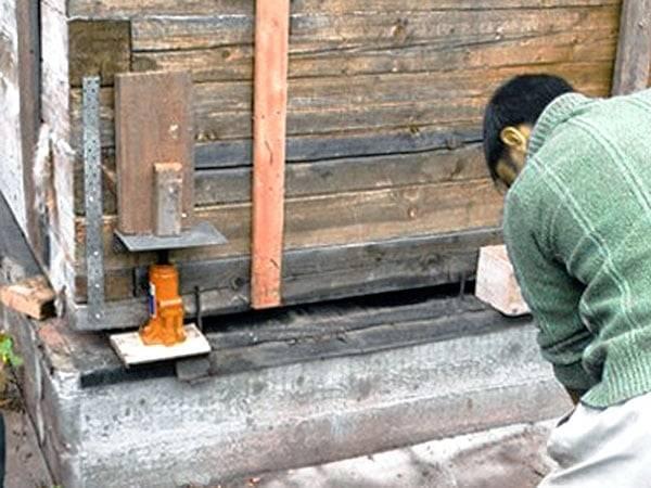 Как сделать фундамент под старый дом без фундамента: из кирпича или на сваях