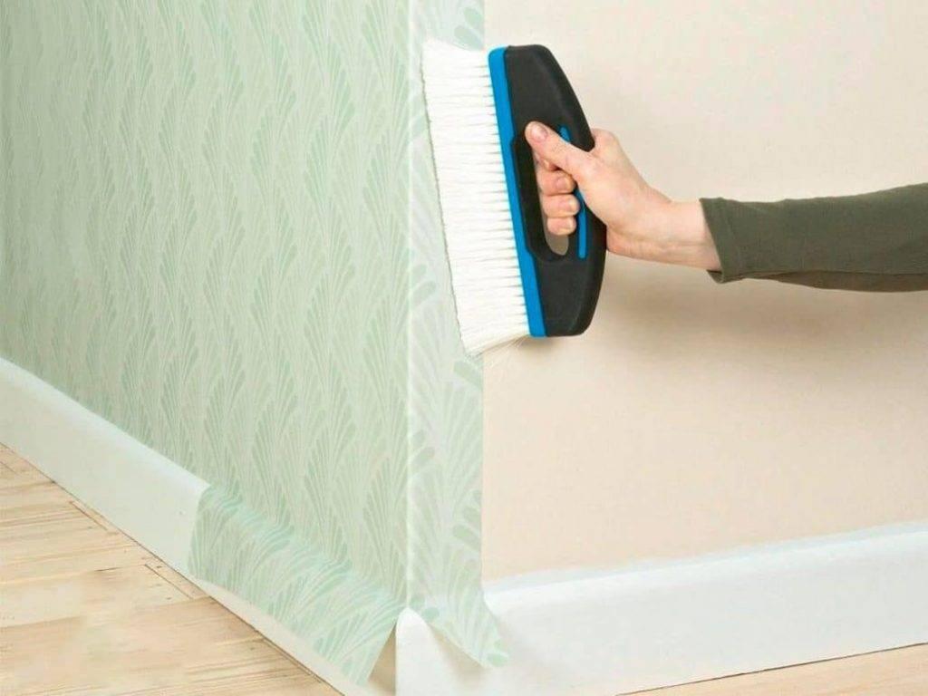 Как правильно клеить широкие метровые или стандартные флизилиновые обои на стену: каким клеем клеить, техника выполнения работ