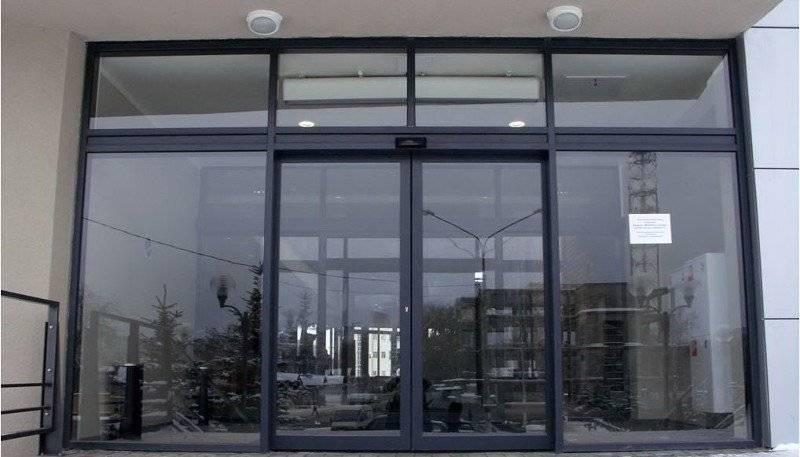 Раздвижные уличные стеклянные двери – стеклянные входные модели для частного дома, наружные двери на улицу из стеклокомпозита, гармошка и подвесные