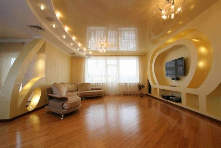 Какой потолок лучше сделать на кухне с газовой плитой: можно ли делать натяжной в помещениях с колонкой