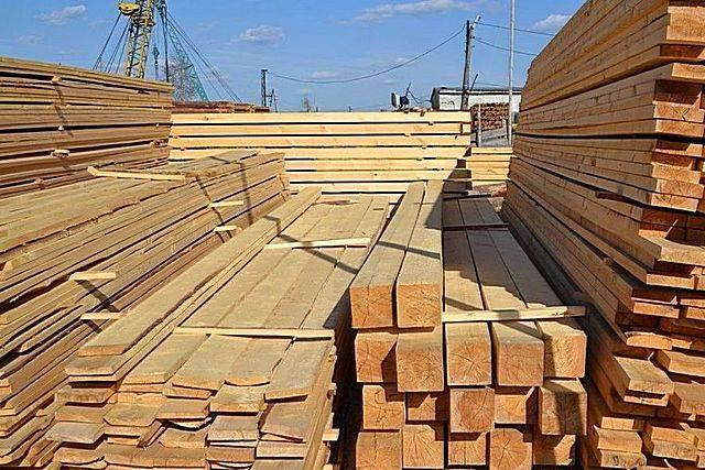 Деревянный забор на металлических столбах – основные этапы изготовления