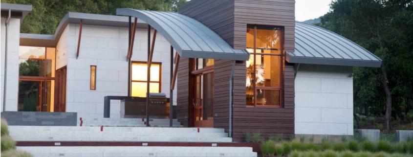 Крыши частных домов с мансардой двухскатные и односкатные с балконом, устройство, красивые дизайн-проекты