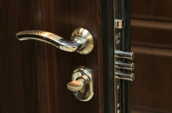 Заедает замок входной двери как починить или открыть если его заклинило