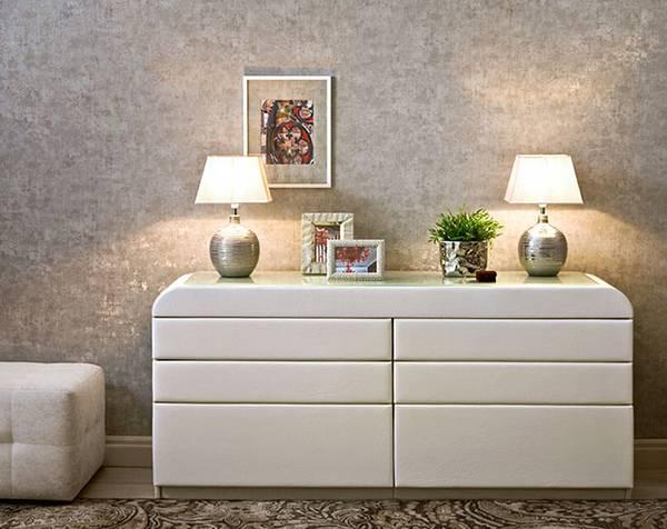 Комод с зеркалом (44 фото): белая мебель с круглым зеркальцем в классическом стиле для девочек, угловая модель с откидным зеркалом в коридор