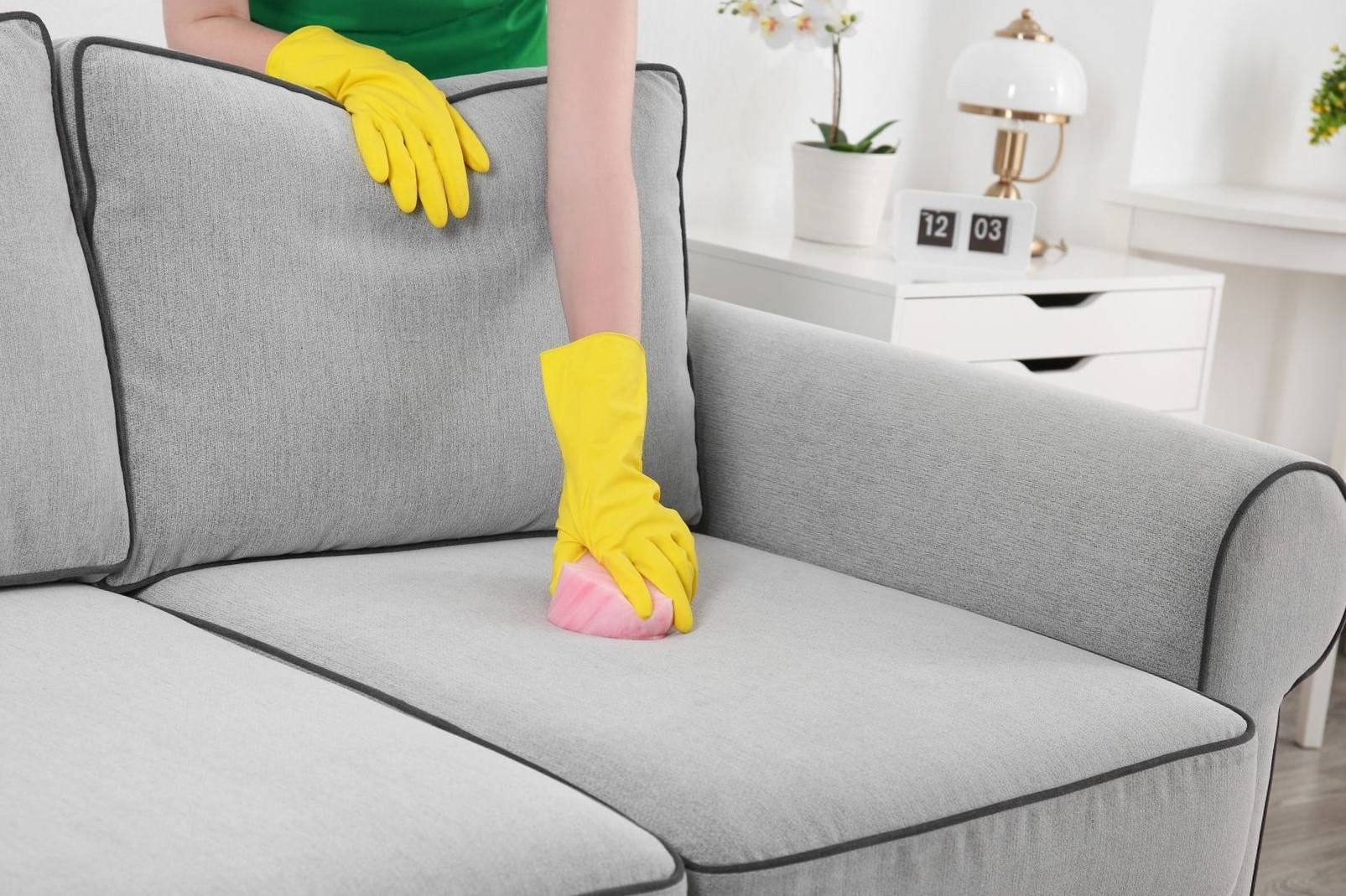 Как почистить диван в домашних условиях: пошаговая инструкция