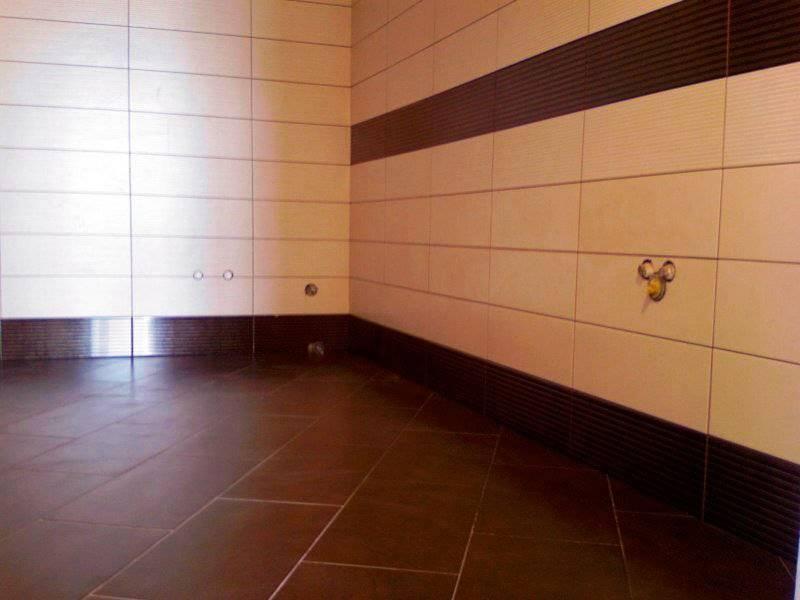 Как класть плитку на стену в ванной своими руками: видео и пошаговая инструкция