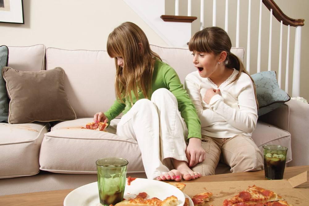 Чистка кожаных диванов в домашних условиях: эффективные и безопасные методы