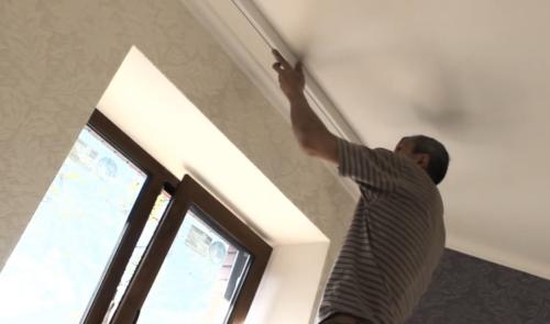 Как крепить потолочный карниз для штор?