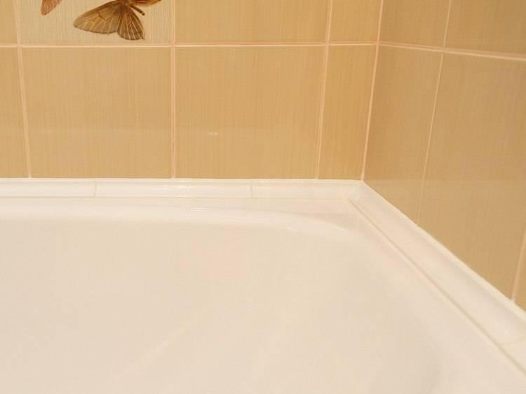 Керамический бордюр для ванной (25 фото): размеры плинтусов. как выбрать уголок на плитку? белые настенные угловые бортики и другие
