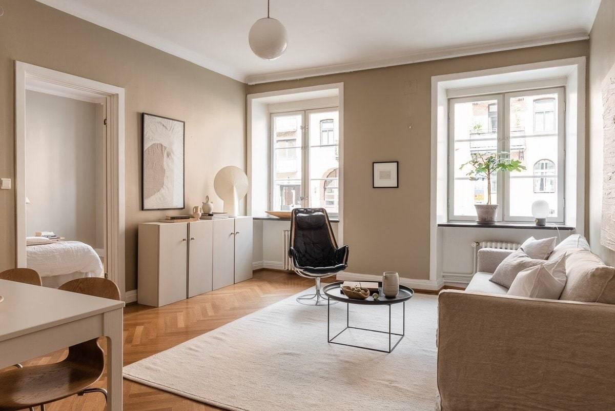 Бежевые обои: выбор оттенков, оформление комнат, выбор штор