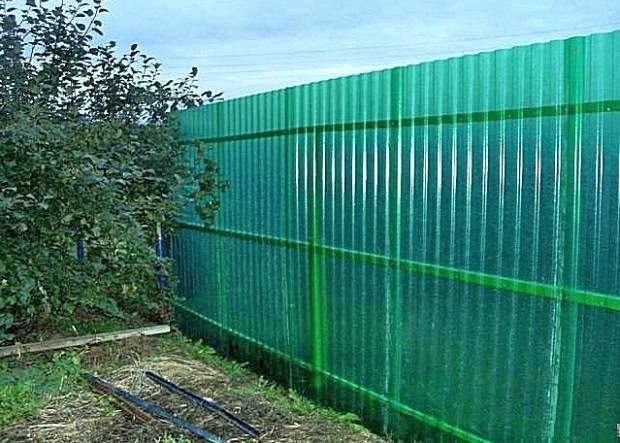 Как сделать забор из шифера: плоского или волнового