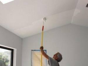 Побелка потолка водоэмульсионной краской своими руками: как покрасить без разводов (видео)