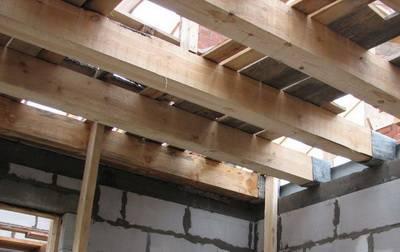 Как усилить деревянные балки перекрытия от прогиба и утеплить потолок