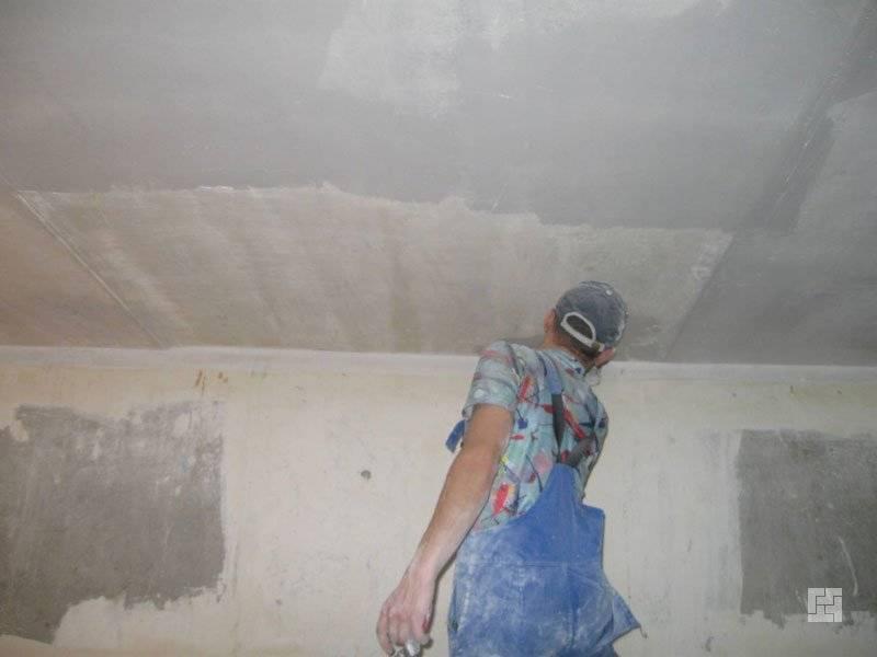 Смыв побелки с потолка своими руками: как очистить старое покрытие перед покраской, снять клейстером быстро и без грязи, удалить с помощью бумаги и иных средств?