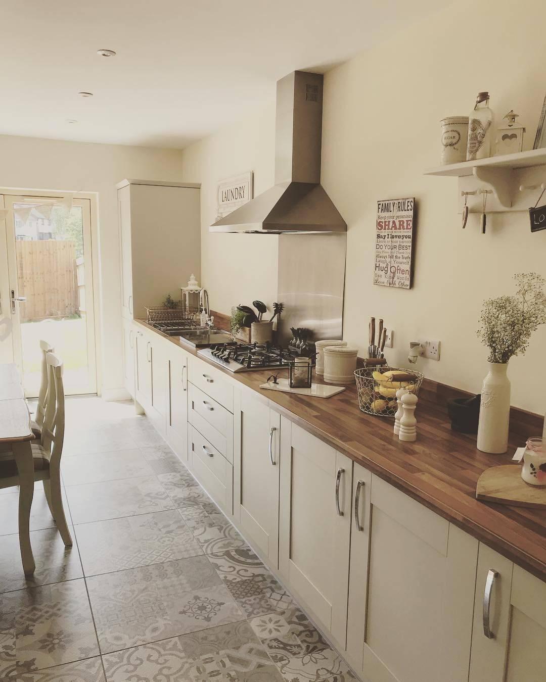 Кухня без верхних шкафов: простор или неудобства?