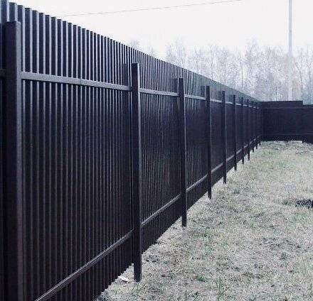 Как построить забор из профнастила: установка (фото и видео)