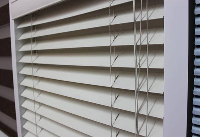 Как крепятся жалюзи на пластиковые окна: особенности и нюансы монтажа