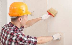 Чем и как правильно грунтовать стены перед поклейкой обоев?