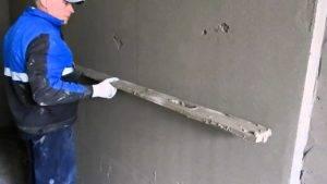 Как выровнять стены штукатуркой без маяков