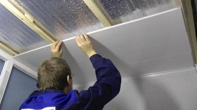 Потолочные пвх-панели (36 фото): пластиковые потолки в дизайне коридора, размеры продукции для внутренней отделки