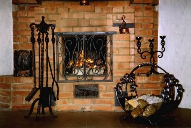 Кованый каминный набор (62 фото): аксессуары для камина с дровницей, кованые изделия и принадлежности