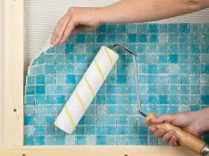 Как клеить мозаичную плитку на сетке на гипсокартон