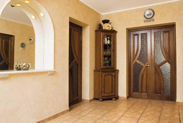 Темные двери в интерьере: сочетание с цветом пола, стен, мебели (60 фото)