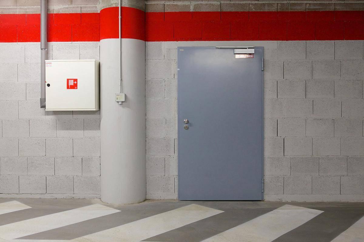 Обзор однопольных противопожарных дверей, их характеристика и преимущества использования
