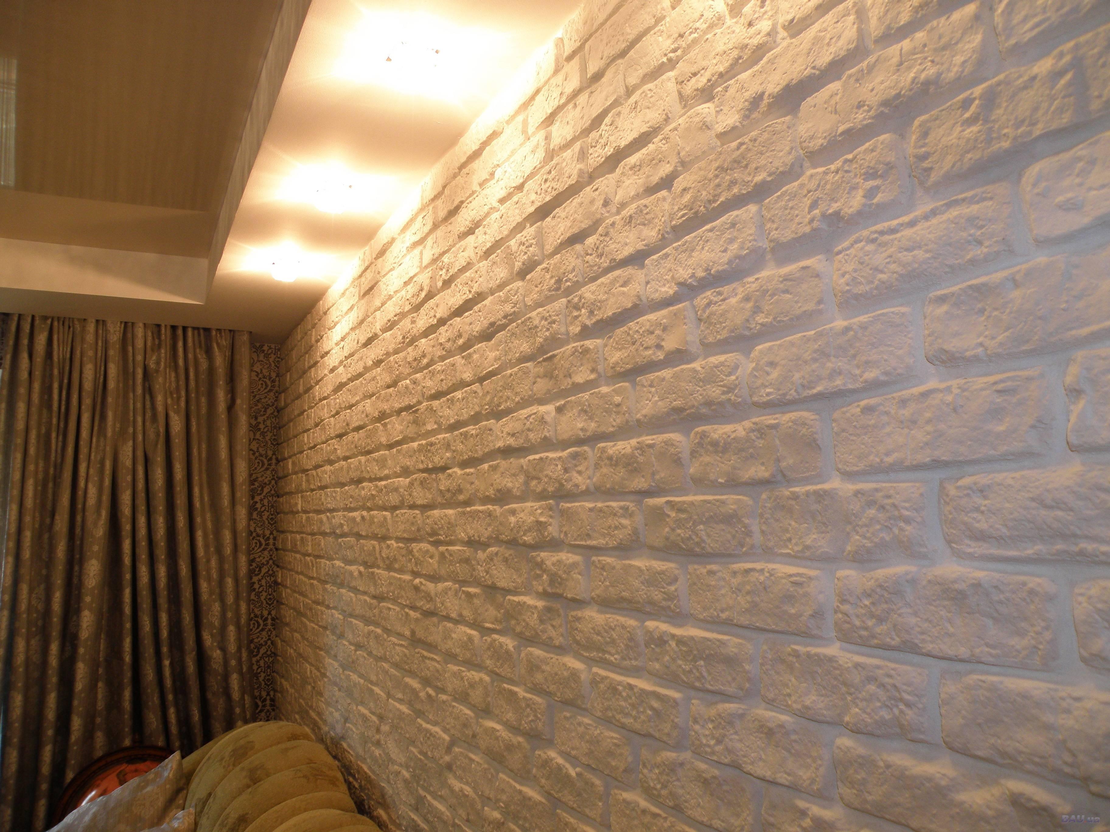 Укладка гипсовой плитки (44 фото): как класть изделие под кирпич и камень на стену, как сделать плитку своими руками, облицовка камина