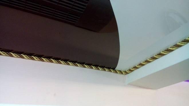 Как приклеить потолочные плинтуса к натяжному потолку: правила поклейки багета (видео)
