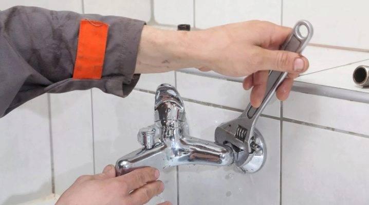 Как поменять кран на кухне: установить смеситель, замена своими руками, снятие и поставить, собрать шланги