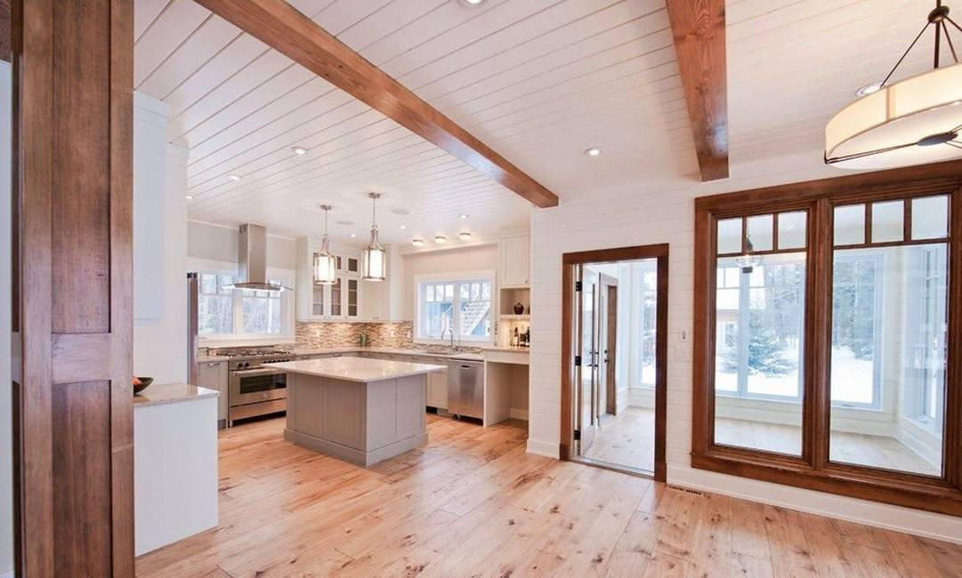 Интерьер дома из бруса (129 фото): дизайн деревянного коттеджа из клееного пиломатериала, имитация поверхностей под брус, русский стиль внутри помещений