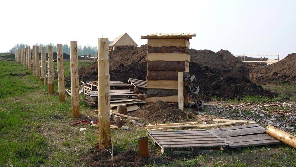 Как установить деревянные столбы для забора: вбиваем, вкапываем, бетонируем