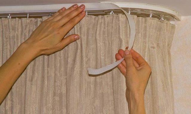 Советы, как вешать и как повесить шторы на потолочный карниз правильно своими руками с видео рекомендациями и фото инструкцией от лучших мастеров этого дела.