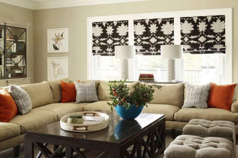 Гостиная в классическом стиле, интерьер красивой гостиной в современной классике, дизайн потолка