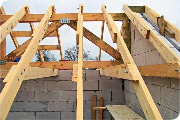 Как поднять потолок в деревянном доме: демонтаж подшитого потолка, опускание балок пола и другие способы