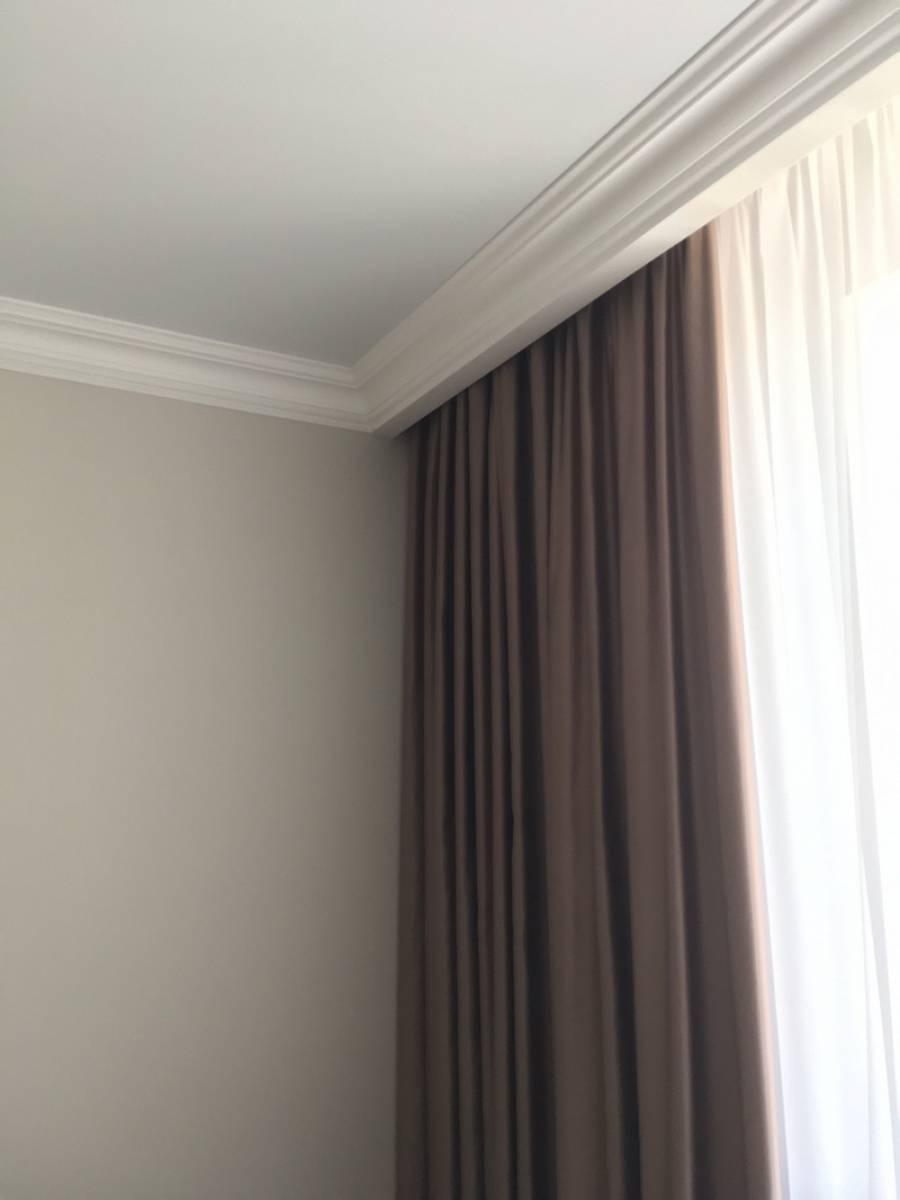 Ниша под шторы в натяжном потолке – виды, габариты