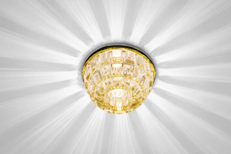 Расположение точечных светильников нанатяжном потолке (фото исхемы)