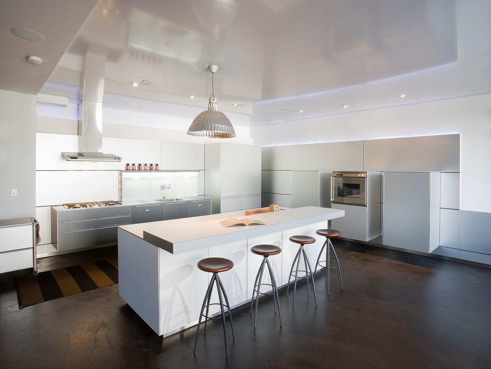 Варианты дизайна натяжных потолков на кухне: какие лучше выбрать
