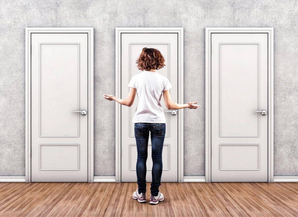 Как сделать декор старой двери своими руками +Фото: трафаретом, клеем и другими методами отделки