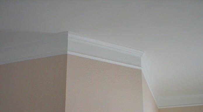 Как приклеить потолочный плинтус к натяжному потолку самостоятельно?
