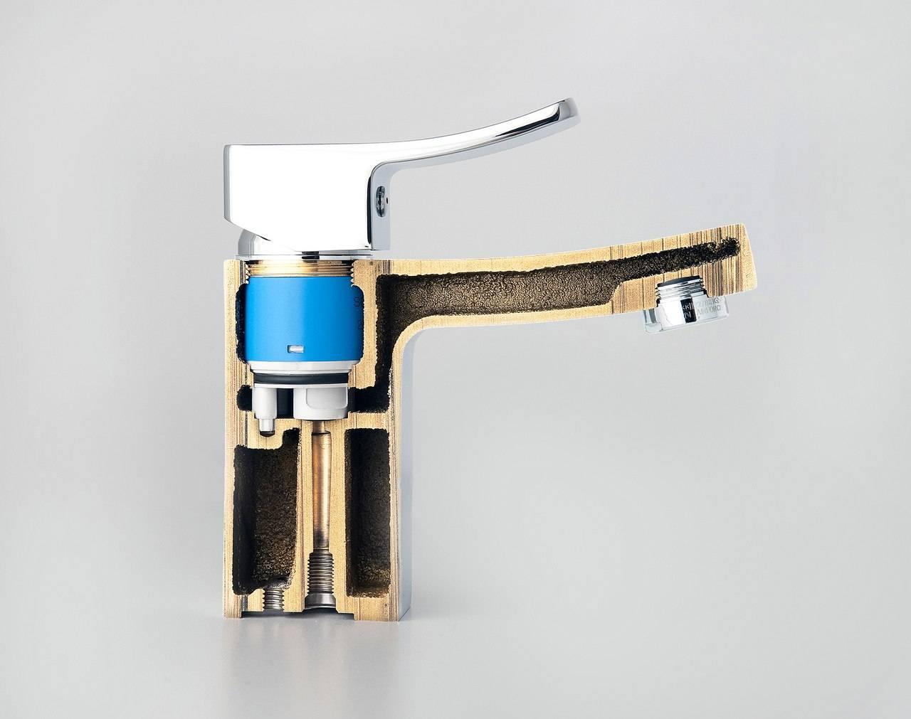 Капает кран в ванной: как починить однорычажный смеситель, если течет, почему он протекает и бежит вода