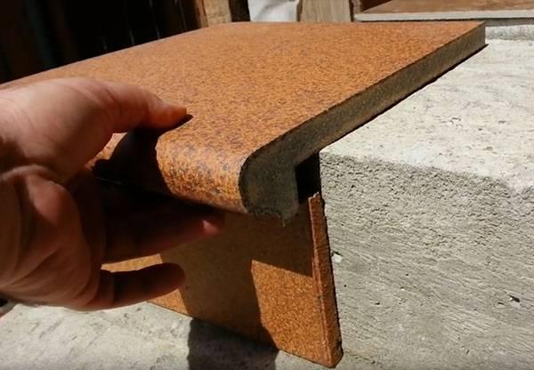 Укладка клинкерной плитки на ступени крыльца на улице
