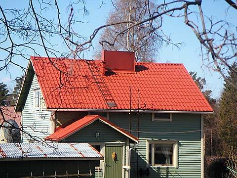 Дом с зеленой крышей из металлочерепицы на фото