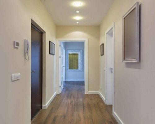 Стильный интерьер коридора: дизайн стен, пола, освещения. 75 фото
