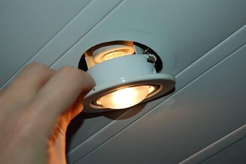 Как достать лампочку из точечного светильника