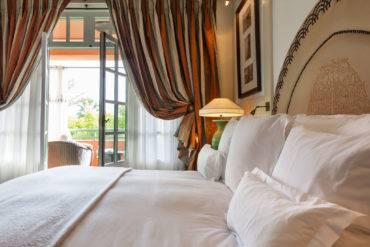 Выбор тюля и плотных штор в зал и гостиную: варианты с учётом дизайна, вида ткани и освещённости