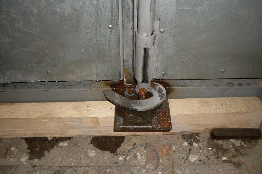 Запор для металлических и деревянных ворот: распашные и гаражные